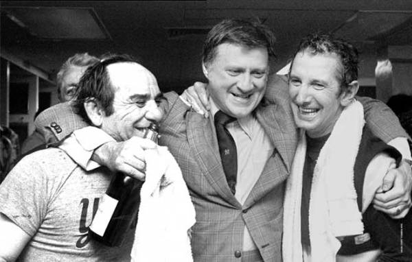 Steinbrenner (center) with Yogi Berra (l) and Billy Martin (r) in 1976